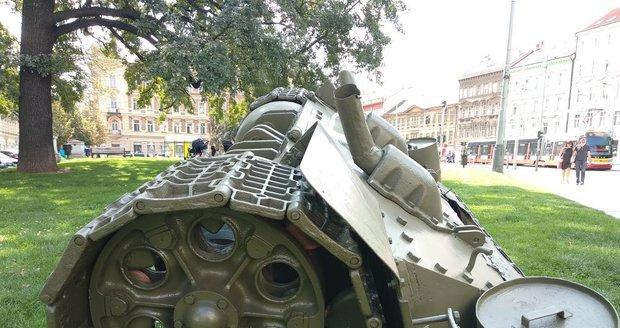 David Černý umístil na náměstí Kinských torzo tanku.