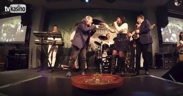 Karel Peterka zpívá s milenku Márou