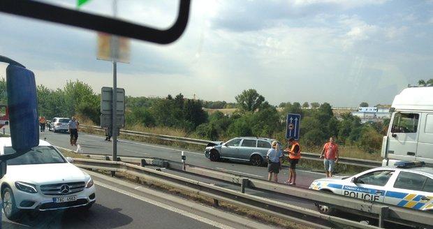 Nehoda blokovala dopravu u pražského letiště.