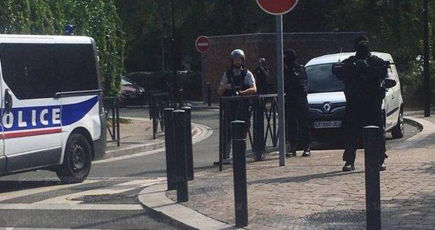 Migrant bodal nožem do lidí. Zemřely matka s dcerou, několik zraněných u Paříže