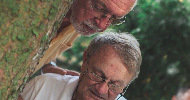 Jaromír Hanzlík a Jiří Adamec při natáčení filmu Léto s gentlemanem