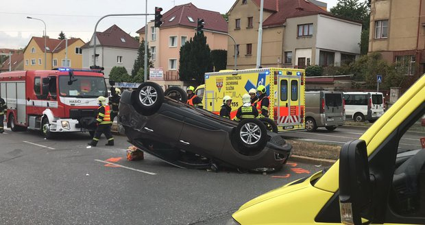 Vážná nehoda v Plzeňské: Auto skončilo na střeše! Posádka se dostala ven sama