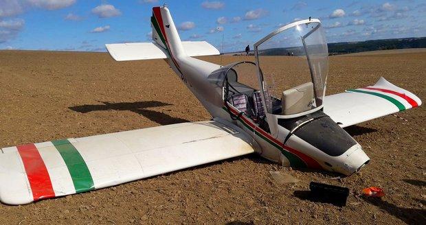 Letadlu upadla ve vzduchu vrtule, pilot (79) minul přistávací dráhu a spadl do polí