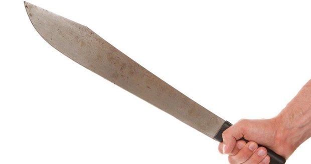 Rušno měli policisté v Říční ulici v úterý odpoledne. Řádil tam zmatený muž se sečnou zbraní v ruce. (ilustrační foto)