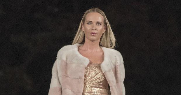Diana Kobzanová na přehlídce Beaty Rajské v jejích šatech.