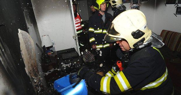 V Bubenči hořel byt: Hasiči z ohnivého pekla zachránili dvě osoby