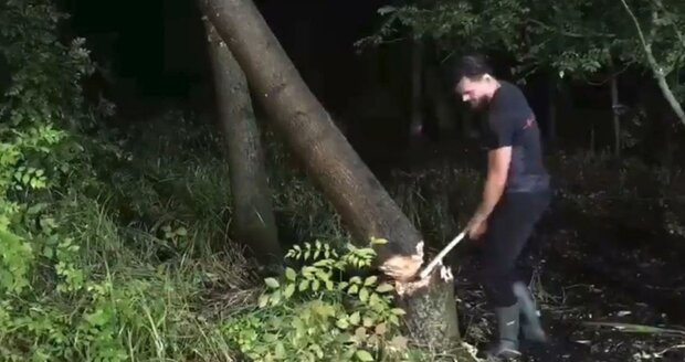 0:01 – 1:45: Lednice, hájek za hotelem: Dušan Vitázek kácí jasan k výrobě loukoťového kola. Nasvětlit strom mu pomáhali hasiči z Kobylí.