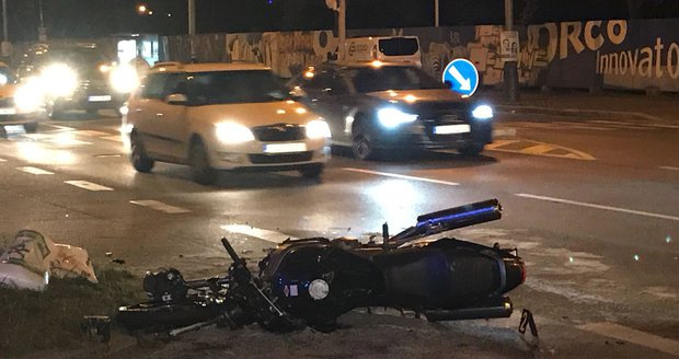 Noční nehoda v Holešovicích: Motorkáře (40) záchranáři uvedli do umělého spánku