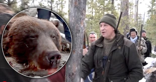 Ruský politik zastřelil bezbranného spícího medvěda. Oslavil tak své narozeniny