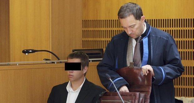 Mladíci obžalovaní z napadení černocha v pražské tramvaji stanuli před soudem.