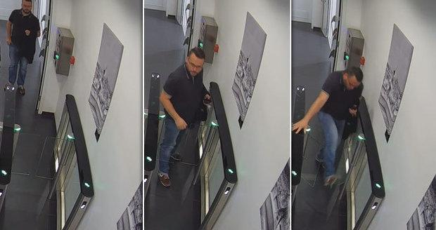 Policisté pátrají po muži, který cestou na toalety proboural turniket a způsobil tak škodu za bezmála 50 tisíc korun.