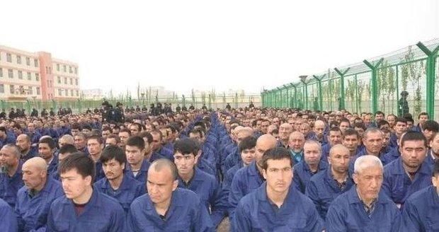 Tvrdá převýchova muslimů: V čínských táborech musí chválit prezidenta, stranu i vlast