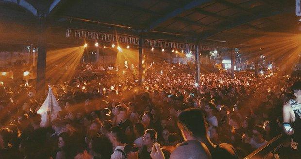 Nejméně sedm mrtvých na hudebním festivalu. Podle policie se předávkovali