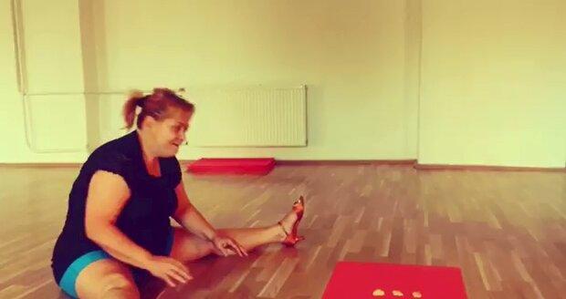 Pavla Tomicová se protahuje při tréninku na StarDance.