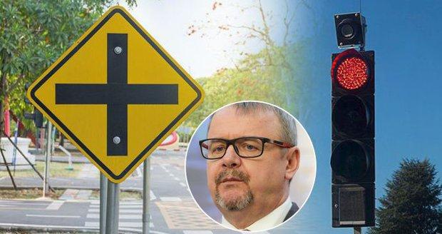 Ať Češi odbočují na křižovatce i na červenou, prosazuje Ťok pravidlo z USA