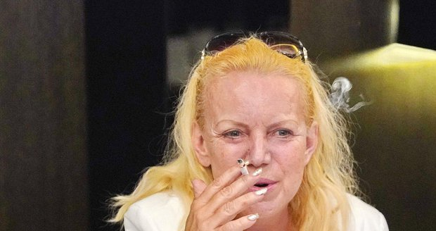Hanka Krampolová s cigaretou.