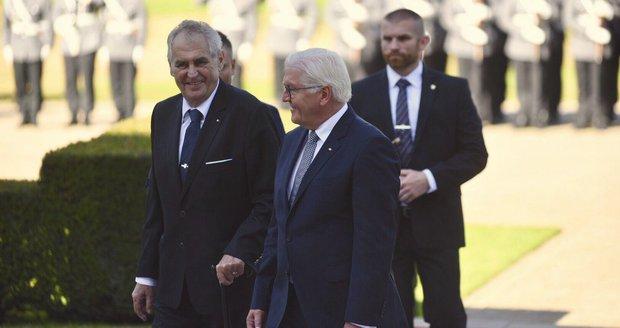 """""""O nohách to není,"""" řekl Zemanovi německý prezident. A přispěchal s hůlkou"""