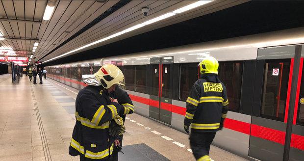 Zásah pražských hasičů ve stanici Budějovická, kde došlo k pádu člověka do kolejiště.