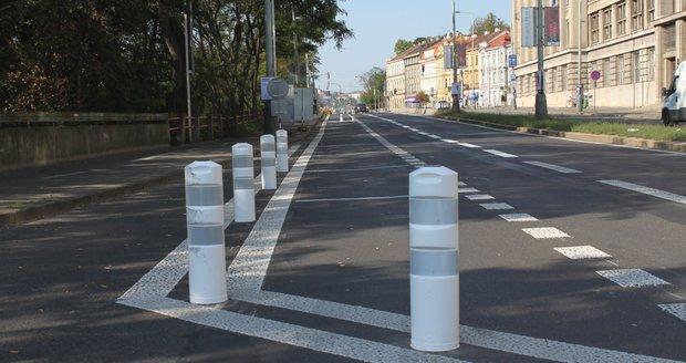 Dopravní řešení na nábřeží Kapitána Jaroše u Hlávkova mostu se mění, úpravy mají zlepšit celkovou situaci v této lokalitě.