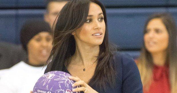 Vévodkyně Meghan hrála v tělocvičně netball.