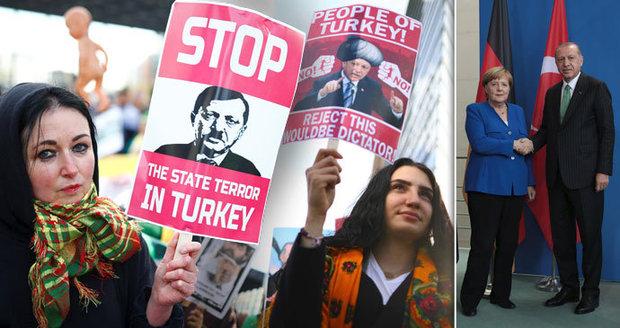 """""""Přiletěl diktátor."""" Erdogana vítal protest, hrozil bojkotem tiskovky s Merkelovou"""