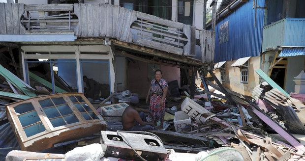 Po tsunami se 1400 mrtvými další útok živlů: Sopka v Indonésii vychrlila popel