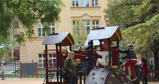 Mezi magistrálou a lokalitou Karlova náměstí se otevřelo nové dětské hřiště.