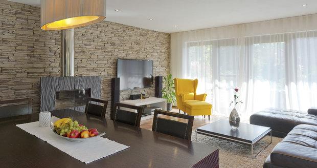 Bydlení Jany Doleželové: Obývací pokoj spojený s jídelnou