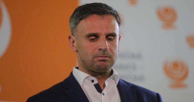 ČSSD si vyřizuje volební neúspěch na sítích. A komunista Skála chce vyhodit Filipa