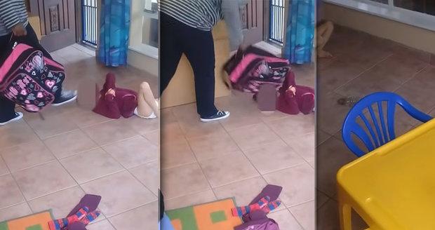 Pečovatelka kopala postiženou holčičku do hlavy. Vadilo jí, že se zašpinila.