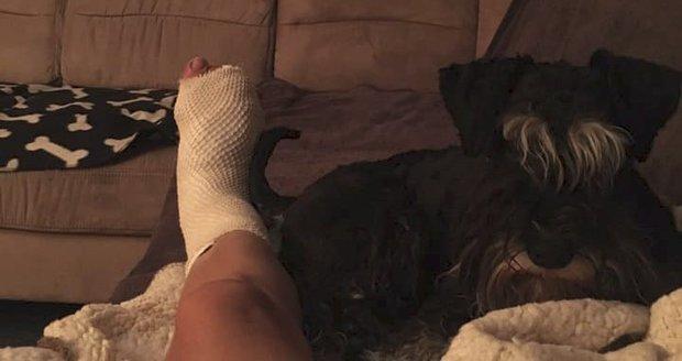 Heidi Janků skončila po úraze se sádrou na noze. Oporou je jí pejsek Eda.
