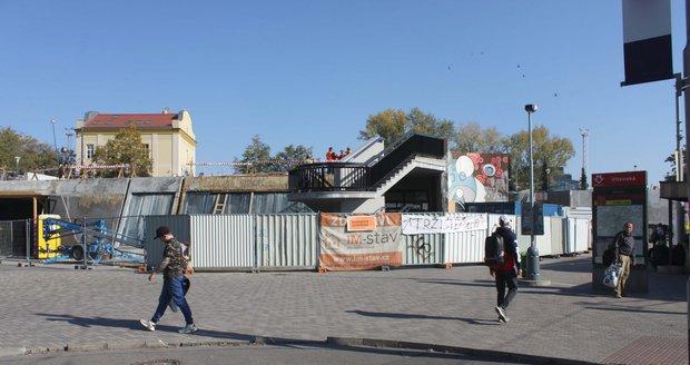 Rekonstrukce stanice metra Vltavská je v plném proudu.