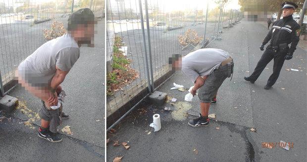 Opilec se v Plzni vykálel přímo na chodník rušné ulice.