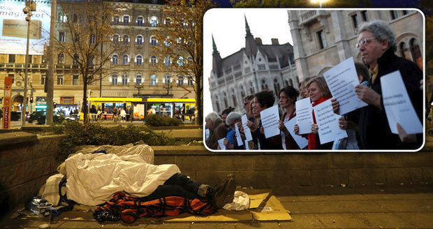 """Za spaní na ulici v Maďarsku do vězení? """"Je to genocida bezdomovců,"""" hřímají aktivisté"""