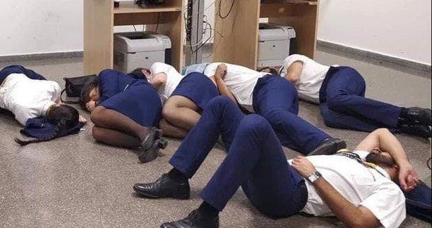 Šílené podmínky u Ryanair? Posádka musela spát na zemi, firma mluví o lži