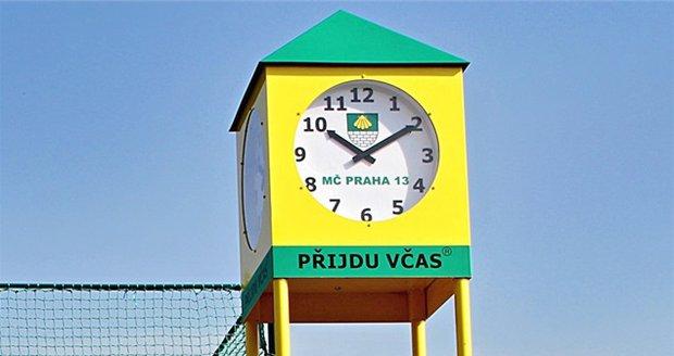 Ve Stodůlkách stojí nově hodiny, které jsou opatřené nouzovým tlačítkem pro děti.