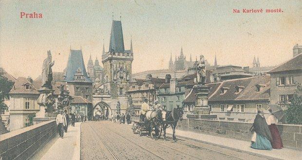 V minulosti se ulicemi Prahy neproháněli automobily nýbrž koňské povozy. Jednalo se však o řádnou dopravu, nikoliv o turistickou atrakci. (ilustrační foto)