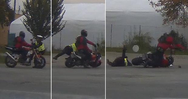 Zfetovaný motorkář srazil policistku, strážkyně skončila na zemi se zraněními