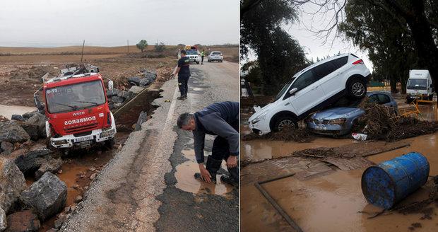 Jih Španělska zasáhly bleskové záplavy. Při záchranné akci zemřel hasič