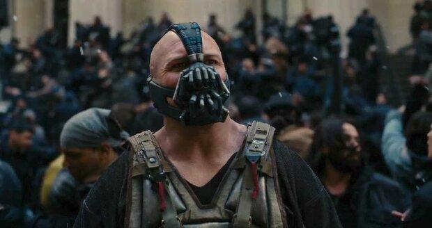 Tom Hardy jako Bane ve snímku Temný rytíř povstal.