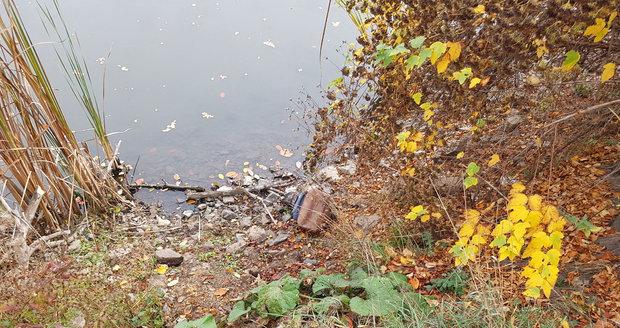 U rybníka v Šeberově ležel v batohu mrtvý pejsek.