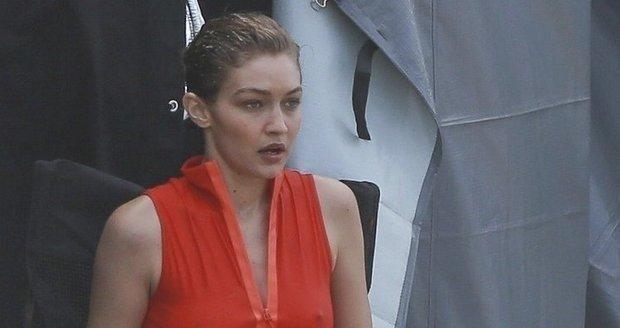 Gigi Hadid v rudých plavkách při focení v Riu
