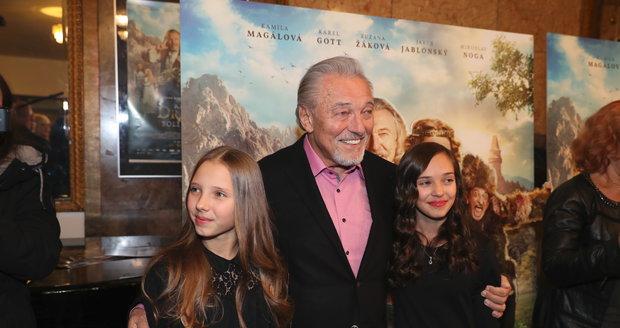 Karel je na své holky Nelly a Charlotte (zleva) jako správný táta pyšný.