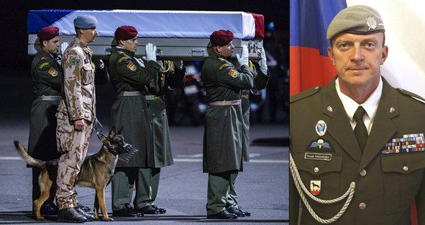 """U rakve vojáka """"plakal"""" jeho pes. Zabitého Tomáše (†42) na letišti uctili rodina i Zeman"""
