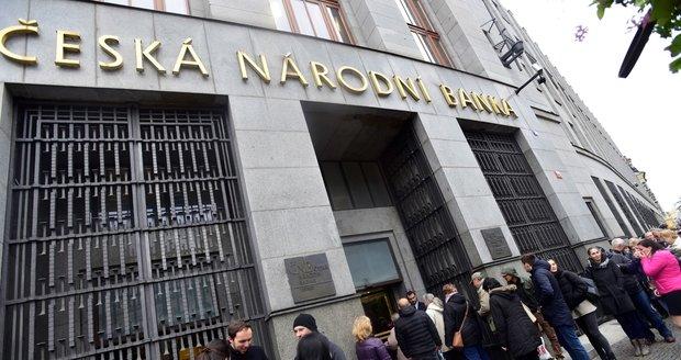 Na výroční mince se u poboček České národní banky stojí fronty.