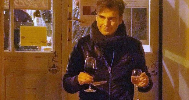 Pavel Řezníček donesl ženě víno z baru.