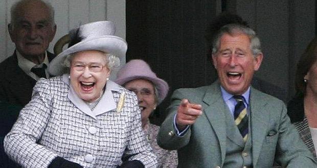 Královna Alžběta II. se svým synem princem Charlesem.