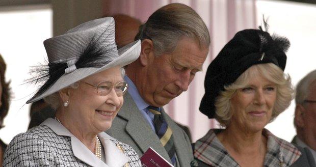 Královna Alžběta II. se svým synem princem Charlesem a jeho ženou vévodkyní Camillou