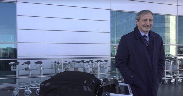 Martin Stropnický na letišti před cestou do Izraele, kde bude působit jako velvyslanec. (31.10.2018)