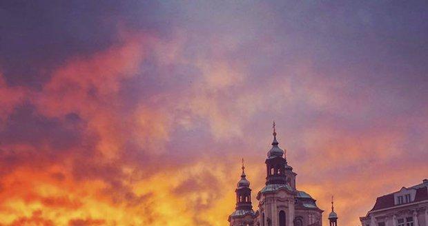 Staroměstské náměstí v západu slunce.